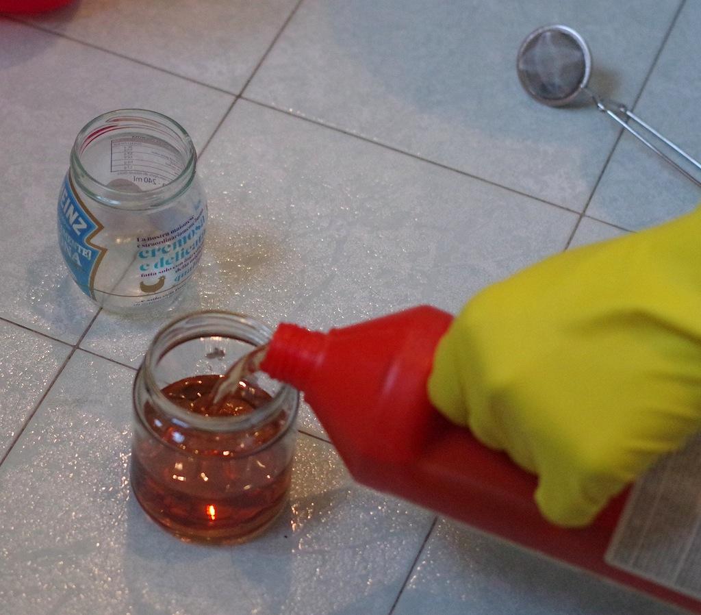 L'acido solforico mentre viene versato nel contenitore