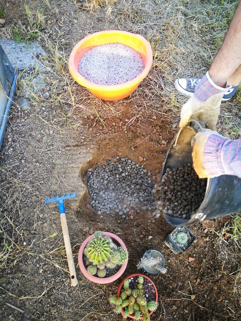 Distribuzione argilla espansa sul fondo della buca