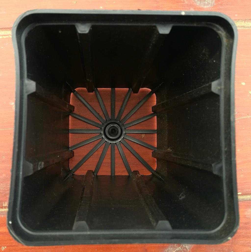 Vaso quadrato con fondo semiaperto